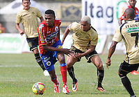 ITAGÜÍ -COLOMBIA-23-06-2013. Nelson Barahona (D) del Itagui disputa el balón con Nicolas Palacios (I) de Pasto durante partido de los cuadrangulares finales, fecha 3, de la Liga Postobón 2013-1 jugado en el Estadio Metropolitano Ciudad de Itagüi./ Itagui player Nelson Barahona (R) fights for the ball with Pasto player Nicolas Palacios (L) during match of the final quadrangular 3th date of Postobon League 2013-1 at Metropolitano stadium in Itagüi city.  Photo:VizzorImage/Luis Ríos/STR