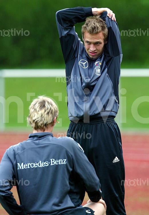 Fussball: Training der deutschen Nationalmannschaft am in Bremen Andreas Hinkel bei Dehnuebungen, beobachtet von Benjamin Lauth.
