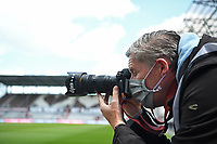 Fussball dpa Fotograf Axel Heimken mit Mundschutz am Spielfeldrand Hamburg, 17.05.2020, Fussball 2. Bundesliga, FC St. Pauli - 1. FC Nuernberg Hamburg *** Soccer dpa photographer Axel Heimken with face mask on the edge of the field Hamburg, 17 05 2020, Soccer 2 Bundesliga, FC St Pauli 1 FC Nuernberg Hamburg Witters - Pool  DFL regulations prohibit any use of photographs as image sequences and/or quasi-video. TimGroothuis