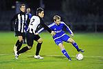 2015-10-17 / Voetbal / Seizoen 2015-2016 / Herselt - Sint-Dimpna / Wout Raeyen probeert Bram Janssens (Herselt) van de bal te zetten<br /><br />Foto: Mpics.be