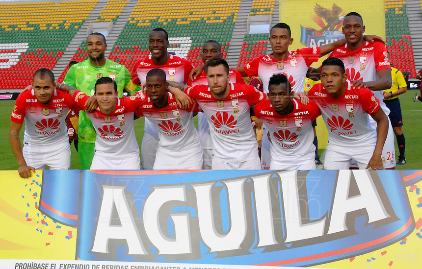 IBAGUÉ -COLOMBIA, 02-01-2006. Jugadores del Independiente Santa Fe posan para una foto previo al encuentro con Deportes Tolima por la fecha 17 de la Liga Aguila I 2016 jugado en el estadio Manuel Murillo Toro de la ciudad de Ibagué./ Players of Independiente Santa Fe pose to a photo prior a match against Deportes Tolima for the date 17 of the Aguila League I 2016 played at Manuel Murillo Toro stadium in Ibague city. Photo: VizzorImage / Juan Carlos Escobar / Cont