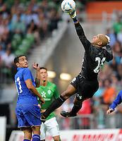 FUSSBALL   1. BUNDESLIGA   SAISON 2011/2012   TESTSPIEL SV Werder Bremen - FC Everton                 02.08.2011 Torwart Tim HOWARD (re) kann retten und Tim CAHILL (li, beide Everton) nur staunen