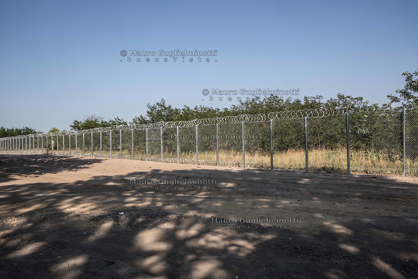 il nuovo muro al confine tra Serbia e Ungheria per fermare gli immigrati in arrivo da Siria e Afghanistan ; the new wall on the border between Serbia and Hungary to stop immigrants coming from Syria and Afghanistan