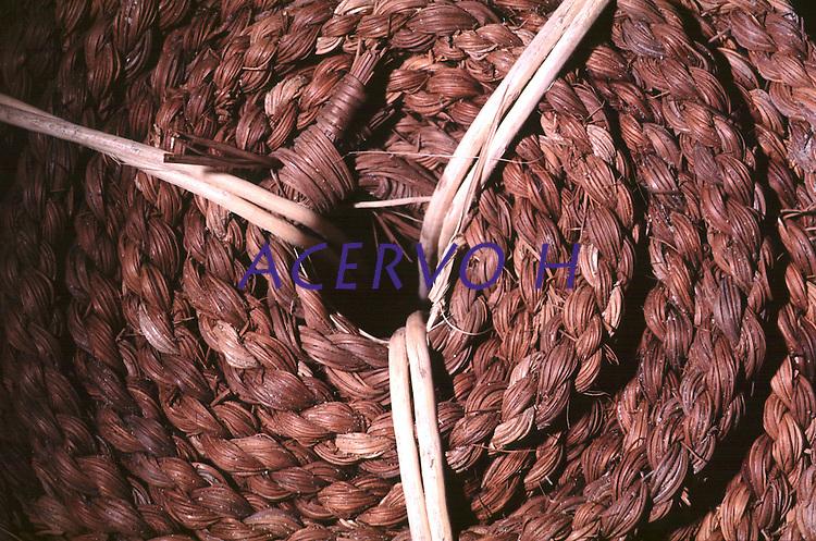 Detalha de corda  artesanal produzida por Índios Werekena no alto rio Xié, com fibras de piaçaba(Leopoldínia píassaba Wall). A fibra , um dos principais produtos geradores de renda na região é coletada de forma rudimentar. Até hoje é utilizada na fabricação de cordas para embarcações, chapéus, artesanato e principalmente vassouras, que são vendidas em várias regiões do país.<br />Alto rio Xié, fronteira do Brasil com a Venezuela a cerca de 1.000Km oeste de Manaus.<br />06/06/2002.<br />Foto: Paulo Santos/Interfoto Expedição Werekena do Xié<br /> <br /> Os índios Baré e Werekena (ou Warekena) vivem principalmente ao longo do Rio Xié e alto curso do Rio Negro, para onde grande parte deles migrou compulsoriamente em razão do contato com os não-índios, cuja história foi marcada pela violência e a exploração do trabalho extrativista. Oriundos da família lingüística aruak, hoje falam uma língua franca, o nheengatu, difundida pelos carmelitas no período colonial. Integram a área cultural conhecida como Noroeste Amazônico. (ISA)