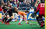 BLOEMENDAAL   - Hockey - Florian Fuchs (Bldaal) met Justin Reid-Ross(A'dam) . 3e en beslissende  wedstrijd halve finale Play Offs heren. Bloemendaal-Amsterdam (0-3). Amsterdam plaats zich voor de finale.  COPYRIGHT KOEN SUYK