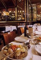 """Europe/France/Ile-de-France/Paris: """"BELLE EPOQUE"""" - Restaurant """"Lipp"""" 111 boulevard Saint-Germain - Pot au feu [Non destiné à un usage publicitaire - Not intended for an advertising use]<br /> PHOTO D'ARCHIVES // ARCHIVAL IMAGES<br /> FRANCE 1990"""