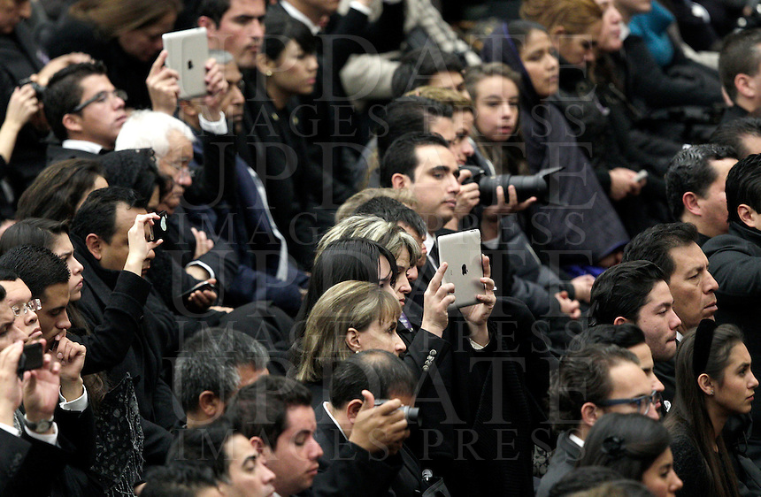 Fedeli con i tablet pc durante l'udienza papale del mercoledi' in Aula Paolo VI, Citta' del Vaticano, 12 dicembre 2012..Faithful use tablet pc during the Pope's general audience at the Paul VI hall, Vatican, 12 December 2012..UPDATE IMAGES PRESS/Riccardo De Luca