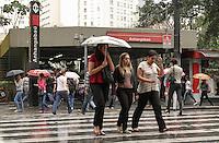 ATENÇÃO EDITOR FOTO EMBARGADA PARA VEÍCULOS INTERNACIONAIS. SÃO PAULO, 21 DE SETEMBRO DE 2012 - CHUVA SP - Chuva fina atinge a capital, na região do Anhangabaú, região central da capital, no inicio da tarde desta sexta feira, 21. FOTO LEVY RIBEIRO - BRAZIL PHOTO PRESS