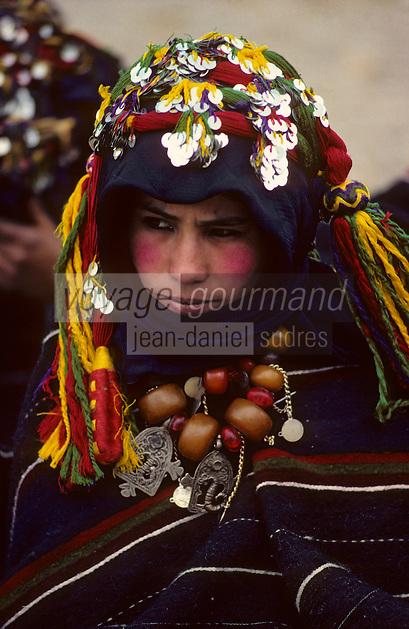 Afrique/Afrique du Nord/Maghreb/Maroc/Haut-Atlas/Imilchil : Le &quot;Moussem&quot; des fianc&eacute;s chez les Berb&egrave;res A&iuml;t Haddidou - Jeune fille vierge cherchant un fianc&eacute;<br /> PHOTO D'ARCHIVES // ARCHIVAL IMAGES<br /> MAROC  1980