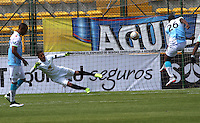 BOGOTA - COLOMBIA - 13-09-2015: Jose Moreno jugador de Jaguares de Cordoba convierte su gol contra  La Equidad  durante partido  por la fecha 12 de la Liga Aguila II 2015 jugado en el estadio Metroplitano de Techo. / Jose Moreno player of Jaguares de Cordoba scores his goal  against of La Equidad during a match for the twelve date of the Liga Aguila II 2015 played at Metroplitano de Techo  stadium in Bogota city. Photo: VizzorImage / Felipe Caicedo / Staff.