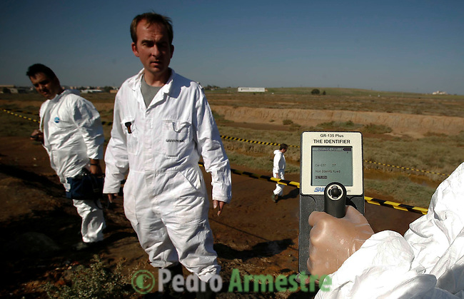 Un grupo de expertos internacionales en materia de protección radiológica pertenecientes a Greenpeace ha descubierto fugas del isótopo radiactivo cesio-137 al río Tinto, en las marismas de Huelva, a escasos cientos de metros de la ciudad de Huelva, procedentes de las más de 7.000 toneladas de material contaminado radiactivamente por el accidente de Acerinox en 1998 y que se enterraron de forma incontrolada en el mal llamado Centro de Recuperación de Inertes (CRI) nº9, ubicado en las Marismas de Mendaña. 18 oCTUBRE 2007 (C) Pedro ARMESTRE.
