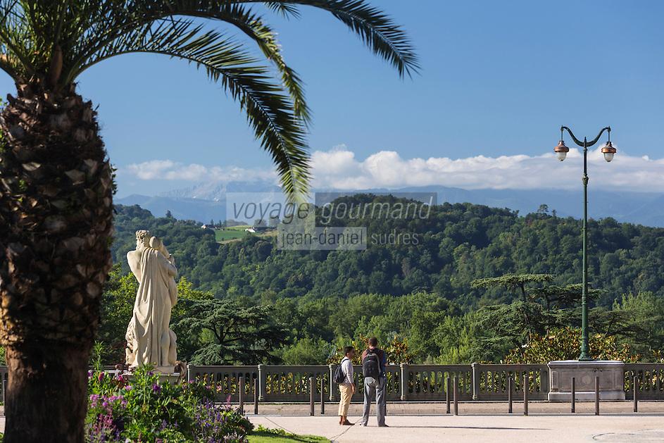 France, Aquitaine, Pyrénées-Atlantiques, Béarn, Pau: Boulevard des Pyrénées  avec en fond les pyrénées béarnaises  //  France, Pyrenees Atlantiques, Bearn, Pau: Boulevard des Pyrénées in the background  the Bearn Pyrenees