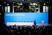 Bundeskanzlerin Angela Merkel (CDU) kommt am Montag (16.12.13) in Berlin zur Unterzeichnung des Koalitionsvertrages.<br /> Foto: Axel Schmidt/CommonLens<br /> <br /> Berlin, Germany, politics, Deutschland, 2013, Gro&szlig;e Koalition, Groko, Koalition, SPD, Koalitionsvertrag, Unterzeichnung, signing