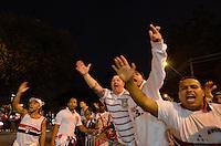 SÃO PAULO, SP, 20 DE JULHO DE 2013 - CAMPEONATO BRASILEIRO - SÃO PAULO x CRUZEIRO: Torcida do São Paulo protesta em frente ao estádio do Murumbi após derrota por 3x0 para o Cruzeiro na partida válida pela 8ª rodada do Campeonato Brasileiro de 2013, disputada no estádio do Morumbi em São Paulo. FOTO: LEVI BIANCO - BRAZIL PHOTO PRESS.