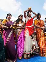 Nederland Den Helder  2016  06 26. Jaarlijkse tempelfeest bij de Hindoe tempel in Den Helder.. Vereniging Sri Varatharaja Selvavinayagar voltooide in 2003 het gebouw dat wordt gebruikt voor het bevorderen van kunst en cultuur. Een ander deel wordt gebruikt voor het praktiseren van religieuze waarden. Het hoogtepunt van de feestperiode is het voorttrekken van de wagen ( chithira theer of ratham ). Dit is een kleurrijke optocht, waarbij de godheid Ganesh in de wagen wordt voortgetrokken door gelovigen. Rituelen voor de tempel. Vrouwen dragen schalen met vuur.   Foto Berlinda van Dam /  Hollandse Hoogte
