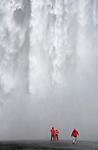 Dans ce pays tres jeune, l eau issue de la fonte des glaciers des hauts plateaux devale en cascades (foss en islandais) impressionnantes sur les cotes sud et nord du pays.  Sur la cote sud, la cascade Skogafoss tombe de 60 metres avec une largeur de 25 metres dans un ecrin de falaises herbeuses.