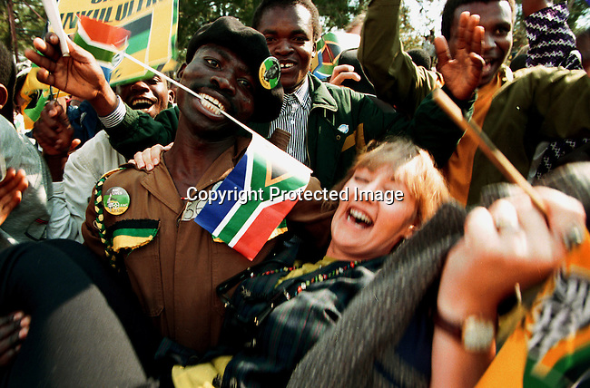 DIELECT00087.Polotics. Elections. South Africans celebrating the inaguration of President Nelson Mandela in Pretoria, South Africa in May 1994;election;crowd of supporters. Joyous occasion for all..©Per-Anders Pettersson/iAfrika Photos