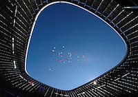 Fussball Bundesliga Saison 2011/2012 9. Spieltag FC Bayern Muenchen - Hertha BSC Berlin Rote und weisse Luftballons steigen anlaesslich einer Sponsorenaktion durch das Dach der Allianzarena zum blauen Himmel hinauf.