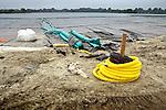 IJSSELSTEIN - Op de Nedereindse Plas ligt 24.000 m2 dekfolie klaar om afgezonken te worden ter afdekking van de verontreinigde bodem en kades. De gemeente Utrecht hoopt dat hierdoor het vuil van de voormalige vuilstortplaats niet langer het water instroomt, nadat eerdere pogingen van Ballast Nedam om het vuil met een metersdiepe kleilaag te isoleren, mislukten. Mocht de vuilisolatie met de afgezonken folie lukken, dan verdwijnt wellicht het huidige zwemverbod in de voormalige Put van Weber. COPYRIGHT TON BORSBOOM
