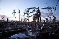 """Le quartier où habitait Monic était l'un des plus populaire de Tacloban comme un des plus pauvre. """"la plupart des maisons étaient en bois et en taule ici. Il y avait beaucoup de monde, surtout des enfants qui jouaient dans les rues. Maintenant je ne reconnais plus mon quartier, on peu compter les gens sur les doigts de la main"""" explique Monic. Tacloban, Novembre 2013. VIRGINIE NGUYEN HOANG"""