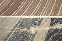 Grandes plantações de soja, algodao e milho fazem fronteira com o Parque Indígena do Xingu, a última barreira de proteção das cabeceiras do Xingu .<br /> <br /> Habitados pelas etnias Aweti, Ikpeng, Kaiabi, Kalapalo, Kamaiurá, Kĩsêdjê, Kuikuro, Matipu, Mehinako, Nahukuá, Naruvotu, Wauja, Tapayuna, Trumai, Yudja, Yawalapiti, o parque ocupa área de 2.642.003 hectares na região nordeste do Estado do Mato Grosso, <br /> De acordo com o IMEA - Instituto Mato-Grossense de Economia Agropecuária declarou último dia 7 de agosto de 2015 no informativo 365 divulgou dados novos das safras de soja em MT com a safra 14/15<br /> consolidando-se com mais um ano de área e produção recordes. Por meio do método de Sensoriamento Remoto<br /> a nova área de 9,01 milhões de hectares apresenta-se 6,8% acima da área da safra 13/14. A produtividade já<br /> consolidada de 51,9 sc/ha elevou a produção para 28,08 milhões de toneladas. Os novos dados da safra 15/16<br /> aumentaram ainda mais a expectativa de safra recorde já esperada no último relatório. A nova área de 9,2 milhões<br /> de hectares baseia-se na conversão de área de pastagem em agricultura observada há algumas safras. A<br /> continuidade de investimento em tecnologia da nova safra eleva a projeção de produtividade para 52,6 sc/ha,<br /> refletindo sobre a produção que deve bater um novo recorde em 2016, de 29 milhões de toneladas. Apesar do<br /> crescimento contínuo, a nova temporada deve atingir o menor avanço da produção desde a safra 10/11. <br /> Querência, Mato Grosso, Brasil.<br /> Foto Paulo Santos<br /> 24/07/2015