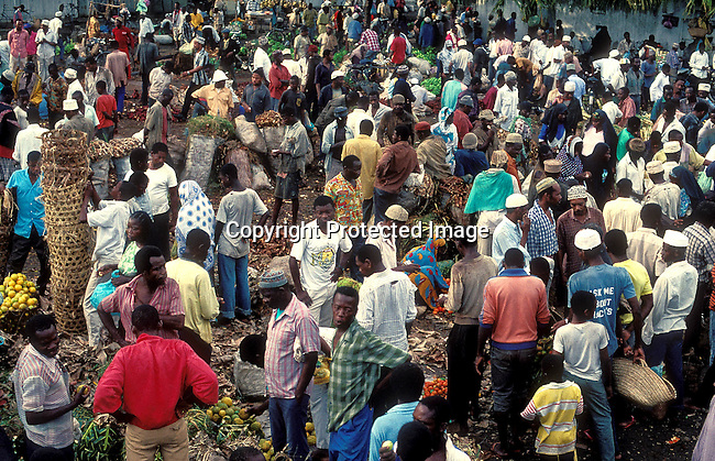COTANZA35010.Country. Tanzania. Zanzibar. Crowd of People at central market. 8/95. Fruit and vegetable..©Per-Anders Pettersson/iAfrika Photos