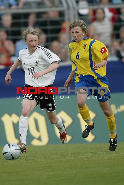 EM Qualifikation 2005 - Frauen Nationalmannschaft<br /> <br /> Deutschland vs. Ukraine 6:0<br /> <br /> Conny Pohlers (links) von Deutschland im Laufduell mit Lyudmyla Pekur (rechts) von der Ukraine.<br /> <br /> Foto &copy; nordphoto - Ruediger Lampe<br /> <br /> <br /> <br /> <br /> <br /> <br /> <br />  *** Local Caption *** Foto ist honorarpflichtig! zzgl. gesetzl. MwSt.<br /> <br />  Belegexemplar erforderlich<br /> <br /> Adresse: nordphoto<br /> <br /> Georg-Reinke-Strasse 1<br /> <br /> 49377 Vechta