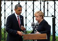 Besuch des Präsidenten der vereinigten Staaten von Amerika (USA) Barack Obama vom 4. bis 5. Juni 2009 in der Bundesrepublik Deutschland - Visite in der Mahn- und Gedenkstätte Buchenwald auf dem Ettersberg bei Weimar (Freitag der 5.6.2009) - im Bild:  der Präsident Barack Obama gibt nach dem Besuch des Konzentrationslagers Buchenwald seine Statements an die Presse - Wechsel mit Kanzlerin Angela Merkel. Porträt Foto: Norman Rembarz..