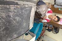 2011 Mokattam Garbage City (alla periferia del Cairo) il quartiere copto dove si vive in mezzo alla spazzatura raccolta: una donna ad un laboratorio organizzato da una ONG dove insegnano come riciclare la stoffa.