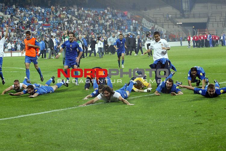 U21 - EM 2004 - Finale<br /> Serbien und Montenegro vs. Italien 0:3<br /> Nach dem Schlusspfiff liefen und flogen die italienischen Spieler zu ihren Fans. Italien ist nach dem Finalsieg gegen Serbien und Montenegro Europameister 2004 der U21.<br /> Foto &copy; nordphoto - Ruediger Lampe<br /> <br /> <br /> <br />  *** Local Caption *** Foto ist honorarpflichtig! zzgl. gesetzl. MwSt.<br />  Belegexemplar erforderlich<br /> Adresse: nordphoto<br /> Georg-Reinke-Strasse 1<br /> 49377 Vechta