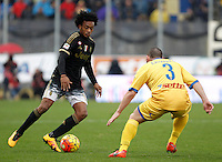Calcio, Serie A: Frosinone vs Juventus. Frosinone, stadio Comunale, 7 febbraio 2016.<br /> Juventus&rsquo; Juan Cuadrado, left, is challenged by Frosinone&rsquo;s Roberto Crivello during the Italian Serie A football match between Frosinone and Juventus at Frosinone's Comunale stadium, 7 January 2016.<br /> UPDATE IMAGES PRESS/Isabella Bonotto