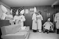 Dunham Springs, LA - December 11, 1976<br /> After a hard night of cross burning and hate mongering, the Klan member settle in for a buffet style dinner. <br /> Dunham Springs, Louisiane. 11 d&eacute;cembre 1976.<br /> Apr&egrave;s la c&eacute;r&eacute;monie de la croix,  au quartier g&eacute;n&eacute;ral, il y a une collation, o&ugrave; tous contribuent au diner en amenant un plat ou des boissons. En Louisiane, les membres du Klan sont oblig&eacute;s par la loi &agrave; rester le visage d&eacute;couvert et ont le droit de c&eacute;l&eacute;brer leur rituel.