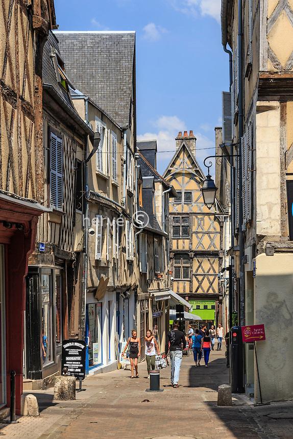 France, Cher (18), Bourges, la rue Coursalon, médiévale et commerçante // France, Cher, Bourges, Coursalon street