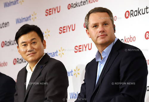 "January 26, 2018, Tokyo, Japan - Japanese online commerce giant Rakuten president Hiroshi Mikitani smiles with US retail giant Walmart president Doug McMillon as they announce a new strategic alliance on the e-commerce at the Rakuten headquarters in Tokyo on Friday, January 26, 2018. Rakuten and Walmart will launch a new online grocery delivery service ""Rakuten Seiyu Netsuper"" in Japan in this year. (Photo by Yoshio Tsunoda/AFLO) LWX -ytd-"