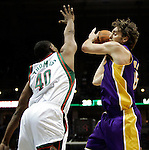 BRADLEY CENTER MILWAUKEE USA 16.12.2009.MECZ LIGI NBA MILWAUKEE BUCKS - LOS ANGELES LAKERS 106:107. LAKERS WYGRALI DZIEKI RZUTOWI BRYANTA W OSTATNIEJ SEKUNDZIE MECZU.N Z PAU GASOL LOS ANGELES LAKERS.KAMIL KRZACZYNSKI / NEWSPIX.PL..PAU GASOL LOS ANGELES LAKERS AGAINST MILWAUKEE BUCKS.