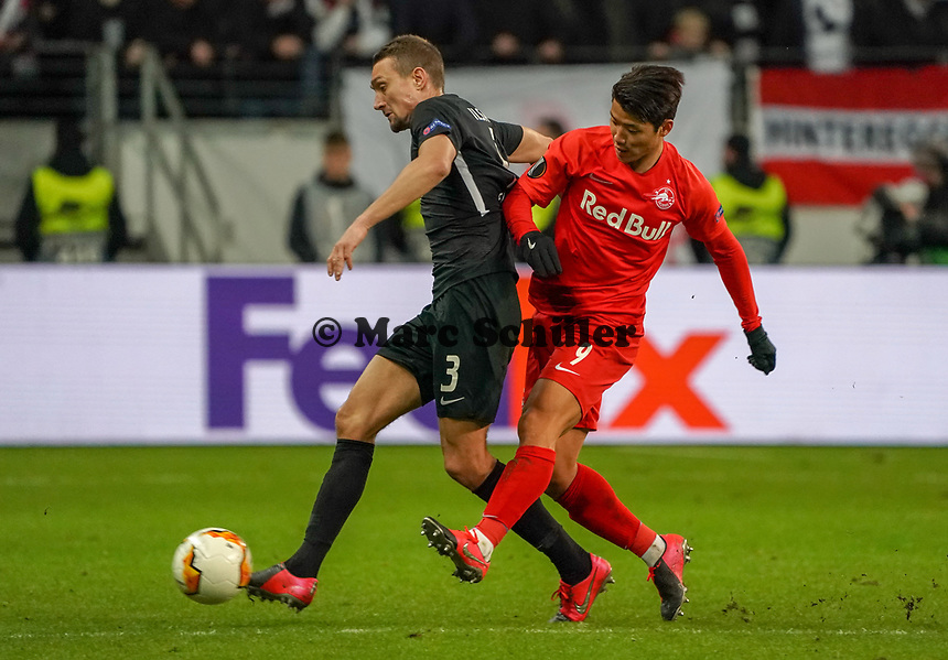 Stefan Ilsanker (Eintracht Frankfurt) gegen Hee-Chan Hwang (RB Salzburg, #09) - 20.02.2020: Eintracht Frankfurt vs. RB Salzburg, UEFA Europa League, Hinspiel Round of 32, Commerzbank Arena DISCLAIMER: DFL regulations prohibit any use of photographs as image sequences and/or quasi-video.