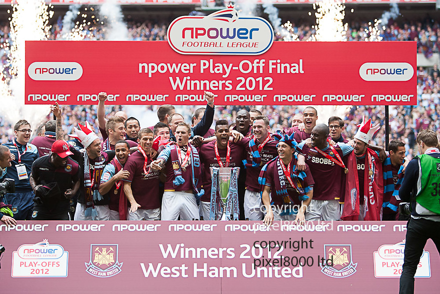 London, UK. West Ham team celebrate promotion to the Premier League during nPower Championship playoff final fixture Blackpool versus West Ham United at Wembley Stadium 19 May.  Please Byline David Fearn Pixel 8000 Ltd