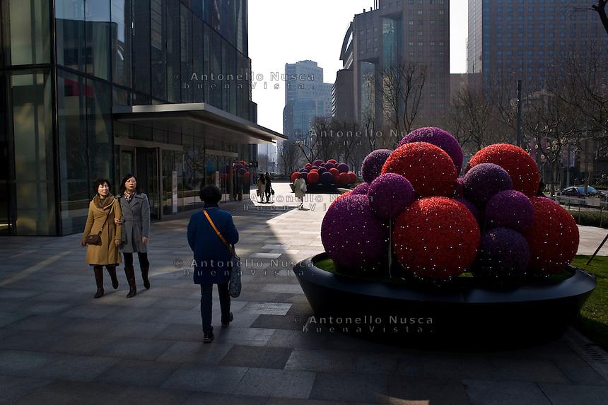 Gente nella zona commerciale della citt&agrave;.<br /> People walking in the center