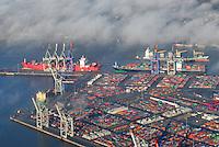 4415/Container Terminal Waltershof: EUROPA, DEUTSCHLAND, HAMBURG 25.12.2005:Container Terminal Waltershof. Burchardkai (links). Athabaskakai (oben)..Ein Containerterminal (CT) ist ein Terminal für Containerschiffe. Containerterminals haben im Rahmen der nationalen und internationalen Transportkette besondere Aufgaben zu uebernehmen. Sie sind Knotenpunkte aller aus dem Lande kommenden Transportwege und muessen ausserdem den Umschlag zwischen Seeschiffen und Feederschiffen (siehe im Elbstrom oben ) vornehmen. Dazu kommen Aufgaben wie das Zusammenfassen von Ladungen in Containern und das Lagern/Verteilen von Containern..Mit der Durchsetzbarkeit des Containers wurde klar, dass sowohl Schiffe als auch die Haefen auf den Containerumschlag und Transport umgestellt werden muessen. Aus dem Beispiel des Hamburger Hafens wird sichtbar, wie rapide sich diese Entwicklung vollzogen hat. Mitte 1968 wurde das erste amerikanische Vollcontainerschiff in Hamburg abgefertigt..Im gleichen Jahr entstand im Ostteil Waltershof ein Terminal für den Containerumschlag mit zunaechst vier Liegeplaetzen. 1969 wurde bereits 60.805 TEU umgeschlagen, das machte gerade einen Anteil am Stueck- und Sackgutverkehr von 3,2 % aus..Seit 1969 ist die Stueckzahl in Hamburg abgefertigter Container von Jahr zu Jahr sehr stark angestiegen. 1994 wurden insgesamt 2.725.718 TEU umgeschlagen. Inzwischen betraegt der Anteil von Containern am Stueckgut in Hamburg und anderen großen europaeischen Seehaefen durchschnittlich 79,9 %. .Luftbild, Luftansicht