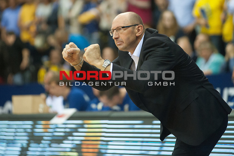 07.10.2015, EWE Arena, Oldenburg, GER, Beko BBL, EWE Baskets Oldenburg vs FRAPORT SKYLINERS , im Bild<br /> <br /> Mladen Drijencic (EWE Baskets Oldenburg #Headcoach Trainer)<br /> Gestik, Mimik,<br /> Einzelaktion, Halbk&ouml;rper / Halbkoerper<br /> Foto &copy; nordphoto / Rojhan