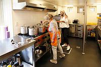 Nederland Amstrdam 2017. In servicepunt Het Brinkhuis kunnen bewoners mee-eten en / of koken. Er wordt gezond, lekker en betaalbaar gekookt door vrijwilligers. Iedere dinsdag en donderdag kookt een team een tweegangenmenu voor 4,50 euro, voor iedereen die wil aanschuiven.  Foto Berlinda van Dam / Hollandse Hoogte