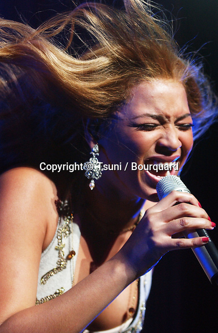 Beyonce Knowles at the BEAT 100 concert at the Universal Amphitheatre in Los Angeles. December 15, 2004.<br /> <br /> music<br /> on stage<br /> live event