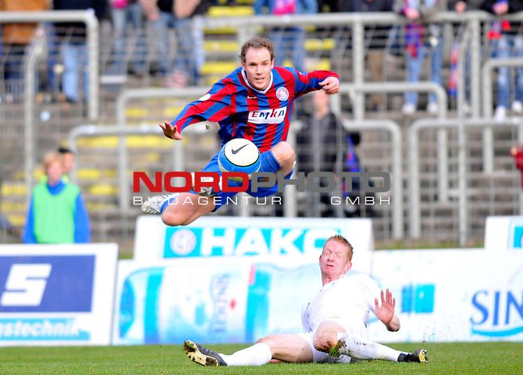 RLN 2007/2008 25 Spieltag Rueckrunde<br /> <br /> Wuppertaler SV Bor.  vs. Kickers Emden  0 : 0<br /> <br /> Michael Lejan  ( Wuppertaler SV Borussia # 22 )   als Ueberflieger im Spiel gegen Srefan Nachtigall( Kickers Emden )<br /> <br /> Foto &copy; nph (  nordphoto  )