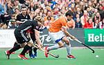 BLOEMENDAAL   - Hockey -  3e en beslissende  wedstrijd halve finale Play Offs heren. Bloemendaal-Amsterdam (0-3). Florian Fuchs (Bldaal) met Klaas Vermeulen (A'dam)     Amsterdam plaats zich voor de finale.  COPYRIGHT KOEN SUYK