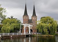 Delft- De Oostpoort is de enig overgebleven stadspoort van de stad Delft. De poort werd rond 1400 gebouwd. De torens werden in de 16e eeuw verhoogd.De Oostpoort bestaat uit een landpoort en een waterpoort die met elkaar zijn verbonden door resten van een stadsmuur.