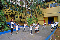 Crianças brincando em pátio de escola no bairro Tatuapé. São Paulo. 2002. Foto de Juca Martins.
