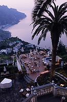 """Europe/Italie/Côte Amalfitaine/Campagnie/Ravello : Vue nocturne de la côte vers Minori depuis les jardins de l'hôtel """"Palazzo Sasso"""""""
