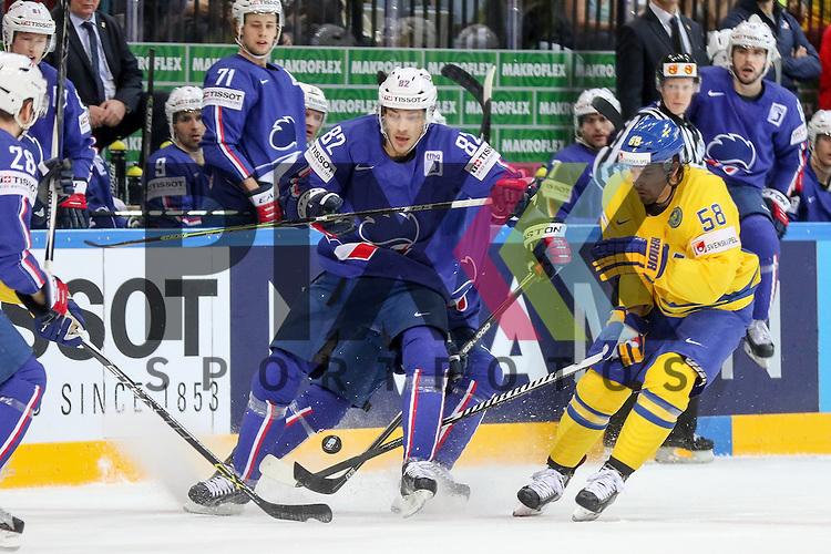 Schwedens Lander, Anton (Nr.58) im Zweikampf mit Frankreichs Bertrand Charles (Nr.82)  im Spiel IIHF WC15 Frankreich vs. Schweden.<br /> <br /> Foto &copy; P-I-X.org *** Foto ist honorarpflichtig! *** Auf Anfrage in hoeherer Qualitaet/Aufloesung. Belegexemplar erbeten. Veroeffentlichung ausschliesslich fuer journalistisch-publizistische Zwecke. For editorial use only.