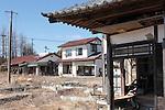Odakaku-Tsukabara dans la préfecture de Fukushima, le 11.03.2013.A quinze kilomètres de la centrale nucléaire de Fukushima..Faisant suite à l'important tremblement de terre du 11 mars 2011 cette zone de la ville d'Odaka à été entièrement ravagée par le Tsunami. Après l'explosion de la centrale nucléaire foute la ville d'Osaka et cette zone on été considérée comme contaminée par la radioactivité, ainsi aucun travaux de déblaiement n'a put être fait et les habitants de la ville contraint à s'exiler. .© Jean-Patrick Di Silvestro