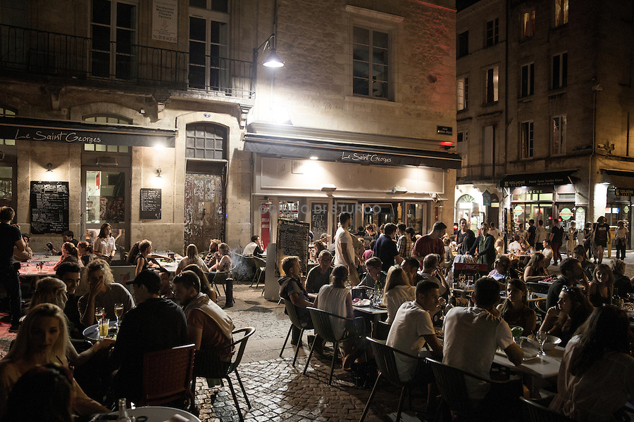 One Saturday night in Saint - Pierre district, with terraces always affolate